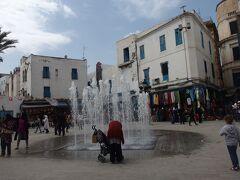 広場。トルコアイス屋台とかある。 ローカルの買い物客が多い感じでとってもにぎわってます。