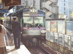 びわ湖浜大津駅からスタート。まずは坂本方面を目指します。  ふだん道路面を走る電車を見ていない子どもたちは、車と並走して走る電車に大興奮。うわーうわーとずっとはしゃいでいました。駅員さん「電車は好きですか?」「どこまでいくんですか?」などとと子どもにもやさしく接してくれました。  ところで、京都方面に行く際にはこの浜大津に車をおいて電車で出かけると良いです。駅の駐車場の料金はお手頃ですし、京都市内の渋滞や駐車場不足に悩まされることもありません。