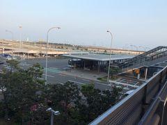 3階のエスカレーター脇の白いフラットなベンチでなんとか2時間くらい仮眠をとり、6時になったので第2ターミナルへ移動。