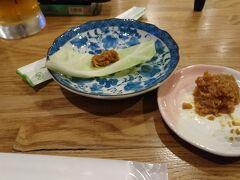 所変わって晩御飯の写真。 この日は宮古島の繁華街、西里で晩御飯です。 宮古島出張の時にちょくちょく行ってた味鶏という焼き鳥屋さん。この日は予約して行きました。予約して正解でしたわ(^ω^;) 写真はお通しのキャベツと鶏そぼろの肉味噌です。 この肉味噌がまた美味いんですわ。