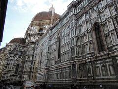 ドゥオモ!!! 街全体がユネスコ世界遺産「フィレンツェ歴史地区」 その中心にそびえ立つ。 今日もすごい迫力。 この建物の迫力をたとえる言葉が見つからない。