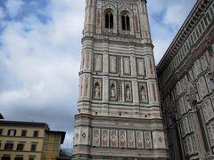 高さが写真におさまりきらない84.7mの鐘楼。 しゃがんで撮ってもこの程度。