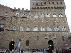 14世紀に建てられ16世紀にコジモ1世の居城となった「ヴェッキオ宮」  フィレンツェ共和国時代には政庁舎として使われ、現在も市庁舎として使用されているという。 新しい建物を造るのではなく、歴史的建造物を今も現役として活かしていく潔さ。
