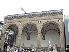 ヴェッキオ宮の右側には「ランツィのロッジア(ランツィの回廊)」がある。 ここは屋外ギャラリーのようなもので、レプリカだけでなく本物も並んでいるそう。