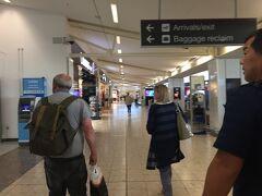 空港内にスーパーやスタバがあります。