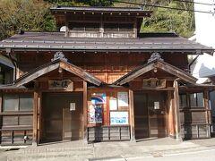 ということで、妻と二人で外出。《山田温泉》の温泉街をブラブラしてみることに。  まずは宿の目の前にある「滝の湯」へ。  ここは地元専用の共同浴場ですが、旅館の宿泊者も利用できます。  熱い湯でしたが、とても気持ち良かったです。