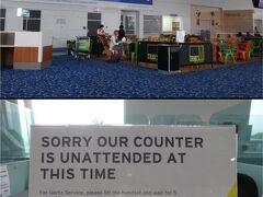 2018年3月25日12:20 自動ゲートで簡素化された入国も終え、税関の荷物チェックも緑レーンへ行かせてくれたので、けっこう早く到着ロビーへ。 さ~て、レンタカーを借りるぞ~。 と、思ったら、こんな看板が。ニューギニア航空の到着時間にはスタッフさんがいないのね(涙)。カウンターの横にある電話をかけると、スタッフさんが来てくれるそうな。  5日間の旅でジェットスターで早朝ケアンズに到着すると、レンタカー代が4日間分必要だけど、ニューギニア航空の到着時間だとレンタカー代金が3日分で済むのがうれしい♪