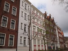 ホテルで朝食をとった後はアムステルダムエリアを散歩することに。 ホテルアムステルダムの宿泊者はオープン前のパーク内を散策することができるんです! ほとんど人がいない、まるでヨーロッパな町並みを3人で散歩します。