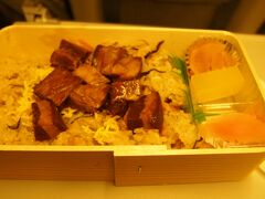 復路便は夜便だったので、夕飯は空弁を。 美味しそうな角煮おこわのお弁当を発見し購入。 最後の最後まで長崎の味覚を楽しみながら東京へ帰るのでした。。
