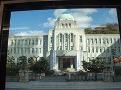 市電の窓から、愛媛県庁。 流石に立派な建物です。 中に入りたかったなぁ。