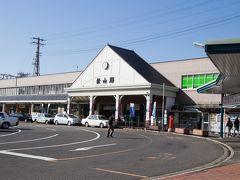 意外とこんじまりとして可愛らしい松山駅。 左側にパン屋兼カフェがありました。