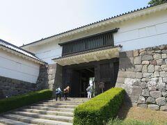 常盤木門  小田原城本丸には常盤木門、鉄門の2つの城門がありました。このうち常盤木門は本丸の正門にあたり、重要な防御拠点であったために、他の門と比べても大きく、堅固に造られていました。