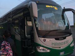 ローマ出発から6時間後バーリ駅前でさらなる行き先別バスに乗り換えました。  元のバスにとどまった人たちはバーリからさらに南下した模様です。 アルベロベッロに向かう私は、チステルニーノ、マルティーナフランカ行きの人と同じバスに乗り朝7時前アルベロベッロに到着しました。