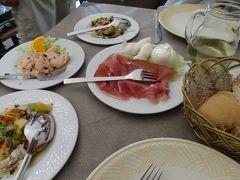そんなこんなで2時過ぎてやっと昼ごはん探しを始め、ポポロ広場近くのTrullo dei Sapoliというレストランに行きました。 プーリア州は前菜が大量だというおもしろい噂を聞いていたので、前菜の盛り合わせを頼みました。  まずフォカッチャ、サラダ、マリネ、生ハムとチーズ。この後オーブン焼きや揚げ物煮物などなど温かい料理が出てきまして。 とにかく2人前の量じゃなかった。
