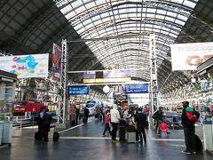 チェックアウトして 4日後に再チェックインするまで トランクを一個預かって貰い フランクフルト中央駅へ。トランクを持って歩いても10分弱です。