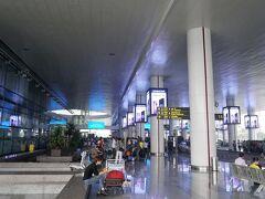 ベトナム航空を使ってハノイ・ノイバイ空港に到着。 フライト時間は4時間半。 近いし機内も快適。