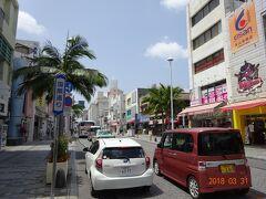 今日も天気がよくて、日なたは結構暑い。  私が初めて沖縄に来たのは平成の初め頃で、最初に泊まったのはこの通り沿いのホテルだった。 あの頃と、基本的な雰囲気は変わっていない。