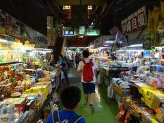 1階は、エリアごとにお土産物屋、魚屋、肉屋などの商店が集まっている。