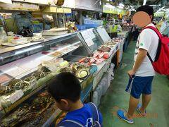 魚屋が集まる一角。 あるお店を覗いていたら「お客さん、ここで買って上の食堂で食べられるよ」 今回の目的はまさにそれだったので、さっそく見繕ってもらうことにした。