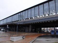 列車は、九州の東側を南下していく。 途中、宇佐、杵築、日出、別府、大分、臼杵、佐伯、延岡などの懐かしい街を通り過ぎ、4時間50分ほどで、日向市駅に到着。 乗り継ぎ時時間があるので、ちょっと外へ出てみることに。 ところが、外は強い雨が降っていた。