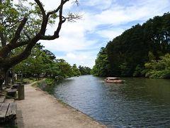 松江城を抜けて武家屋敷が並ぶエリアへ。  武家屋敷が見学できるとのことだったので行ってみると改装のためしばらく休館! がっかりですがやむなしなのでのんびり堀川の遊覧船を眺めます。