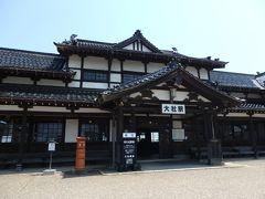 さて、12時ごろに島根県 出雲に到着です。 無料の駐車場が出雲大社近辺には多数ありますが、出雲大社に近い駐車場はすでに満車&道路が混んでいる。。。 ということで、出雲大社まで歩いて15分くらいの場所にある「大社駅」の駐車場に車を停めることにしました。 大社駅は、1912年の開業から1990年まで使われていた旧国鉄の駅。