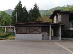5分もかからずに咲花駅に到着。 最近改築されたのかモダンできれいな駅舎でした。 展望スペースもありました。