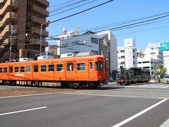 最初の撮影スポットは、市内線と郊外線が平面交差する大手町駅付近。 坊っちゃん列車と郊外線電車。
