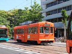 松山城を周回するような運行ルートで、撮影スポットは無限。 南堀端付近にて、モハ2000形。
