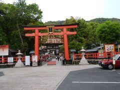 松尾大社鳥居と楼門 緑が美しい。背後が松尾山。鳥居の前の道を左へ行くと、月読神社経由鈴虫寺へ行ける。