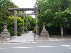 木島(コノシマ)神社入口 続日本紀701年のところに神社名があることから、それ以前に創建された古社と説明書にあった。ここも住宅街の中にあるにもかかわらず静寂な雰囲気。木々が鬱蒼としている。木製の鳥居も風情がある。