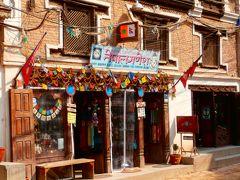 「ダルバート広場」の道を真っ直ぐ北上すると……  日本人女性が経営する「Nepal Ganesha」と言うお土産物屋さん。