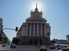 遺跡の東側にあるのはこちらの威圧的な建物。これは以前ブルガリア共産党の本部があった建物。 この国もWW2後、東欧革命までは共産党支配を受けた国なので、往時の威厳を彷彿とされる佇まい。
