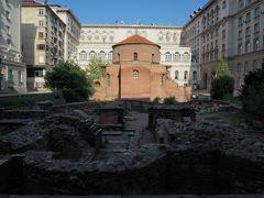 こちらは聖ゲオルギ聖堂。4世紀頃に建てられた聖堂。 ビルに囲まれたように存在し、周りには遺跡(ローマ時代の浴場跡)もあるので、実際に入れるのか疑わしくなってしまうが、入れるので内部も見学。 ソフィアで最古の建物だそうな。