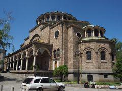 ランチの後は近くにある聖ネデリャ教会へ。こちらはブルガリア正教会のソフィア主教座聖堂。 日曜日だったためか午前中はミサだったので、午後に内部見学。