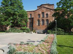 続いて隣にある聖ソフィア教会へ。ソフィアという町の名前の由来となった教会。 こちらは4世紀に建てられた教会の跡地に6世紀に建てられており、地下が考古学博物館になっている。
