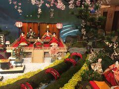 松山全日空ホテルのロビーに立派なお雛様。