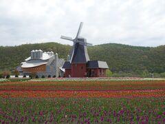 園内のシンボル、風車型展望台。 内部には売店があり、オランダの民族衣装をレンタルで借りることができます。 これを着ればオランダ気分が高まることでしょう。