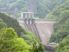 小森ダムの少し上流の藤原ダムを通過して、矢木沢ダムを目指します  昨日、藤原ダムも点検放流を行いました ダム天端からの放流は、さぞ見事だったと思います  放流後もダムはほぼ満水なので、天端のローラーゲートから少し湖水が漏れ出していて提体が濡れていました