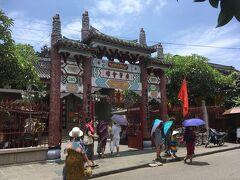 橋を渡り(戻り)歩いてくと左手に  【広東会館】  もぉベトナムというか 中国にでも来たのか? って感じ。  とりあえず入り、木陰で休憩。とにかく暑い。