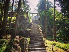 坑道から出た後は、また自転車で坂を降ります。 途中で神社を発見しました。