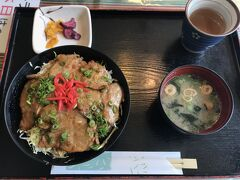 島根県と広島市の県境にある道の駅でお昼ご飯にします。 「石見ポーク」を使った生姜焼き丼。 美味しかったです~  この辺りはご飯を食べるところも少なく、 道の駅のレストランはとても賑わっていました。  この後広島県へ!(次の旅行記に続く)