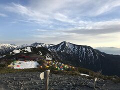 蝶ヶ岳山頂で振り返ってみた。 雪上のテントがハイマツ沿いに集中しているのがよくわかると思います。