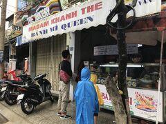 お次は、また別のバインミーのお店「バインミークイーン(Banh Mi QUEEN)」へ。 ここはNHK BSの「二度目の海外 ダナン編」で、すごい美味しいバインミーを作る名物おばあちゃん(=クイーン)が居ると紹介されていたお店です。  結構中心地からは離れているので、混雑はしていませんでしたが、席がちょうど埋まる位には観光客が来ていました。