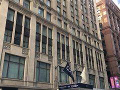 今回の宿はClub Quarters Hotel, Central Loopです。 ループ内にあって、主な観光地には徒歩か公共機関で行きやすいです。  Club Quarters Hotelは基本的に何処も手ごろな値段で、各階に空のペットボトルとウォーターサーバーがあるのが助かります。  それにしても、シカゴのホテルは高いとは言え、軒並み満室で、当初泊まろうとしていたホステルでさえ、1泊 約1万(汗) ドミで1万は無いな・・・と思い、こちらが1.5万しなかったので、立地を考えてこちらに。 予約した次の日には2.5万近くまで跳ね上がっていたので、偶然とは言え予約出来て良かったです。 実は、他の日は1万切っていたこともあり、翌日、改めて考えようとしていたので、危なかったです(^ ^;)