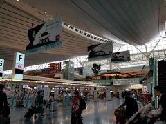 福岡から荷物はエジンバラまで スルーチェックインなのでスムーズに 人生初の羽田空港国際線ターミナルに足を踏み入れました