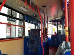 ※写真はエジンバラ市内のローカルバスの物です ターミナル3から5への連絡バス乗り場に行く途中に喫煙所があります  参考にした記事を確認しながら歩き T5へ向かいイギリス国内用の乗継カウンターへ行ったつもりが ユーロ諸国行のカウンターに行ってしまい(笑) 並ぶ前に係りの人にチケット見てもらったのに・・・・ 正規の入国審査カウンターへ向かいます 20メートル位しか離れてないんで問題ないんですけどね  ■語学が出来ない私にとって最難関の入国審査 パスポートと一緒に 往復Eチケット控え+ホテルの予約確認書+ヒースローエクスプレス往復チケット+ロンドンパスEバウチャー を1セットで審査官に渡し 「英語は話せます?」と聞かれ 「ほんの少し」と応え 「何しに来た?」と聞かれ 「観光です」と応え 「何日居るの?」と聞かれ 「2週間です」と応え 「じゃぁ、楽しんで」とスタンプを押され終わりました(笑)  アメリカの入国審査が大変だったんで覚悟してたんですが 旅の疲れを忘れさせる 簡単な入国審査でした♪  冗談でも謙遜でもなく語学は全くできないんで(笑)  ヒースロー空港での待ち時間に現地のSIMカードを入れてスマホの設定を し始めた私。しかし、どうやっても何をしてもSIMを認識せず 色々やって焦りに焦り(笑) 気づいたら1時間以上経過していて(笑) ひとまずWiFiをつないだら  (@ ̄□ ̄@;)!! ブリティッシュエアウェイズから、 ヒースロー空港混雑に伴い あなた様のお荷物が乗り継ぐ飛行機に 届いていない場合があります 入国審査前のカウンターで荷物の確認をしてください と親切なメールが届いていました  時すでに遅し、飛行機に搭乗する数分前の出来事です アリタリアイタリア航空を利用したローマの空港でのロストバゲッジ の記憶がが蘇ります・・・  語学が出来ないのでこの場でどうにかすることは出来ません