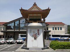 どんちっち神楽時計は、「(財)日本宝くじ協会」の全額助成を受けて平成15年10月、「神楽のまち」浜田の玄関口、JR浜田駅前に設置されました。「どんちっち」とは、子どもたちがお囃子(はやし)のリズムから「石見神楽」のことを「どんちっち」と呼ぶことにちなんだものです。