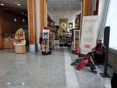 空港の待合いロビーでは、ベルベル族の弦楽器奏者がアンビエント音楽をポツポツ奏でていました