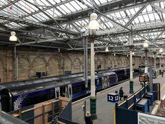 Edinburgh Waverley Station ショートカットするため駅の構内を通りました。